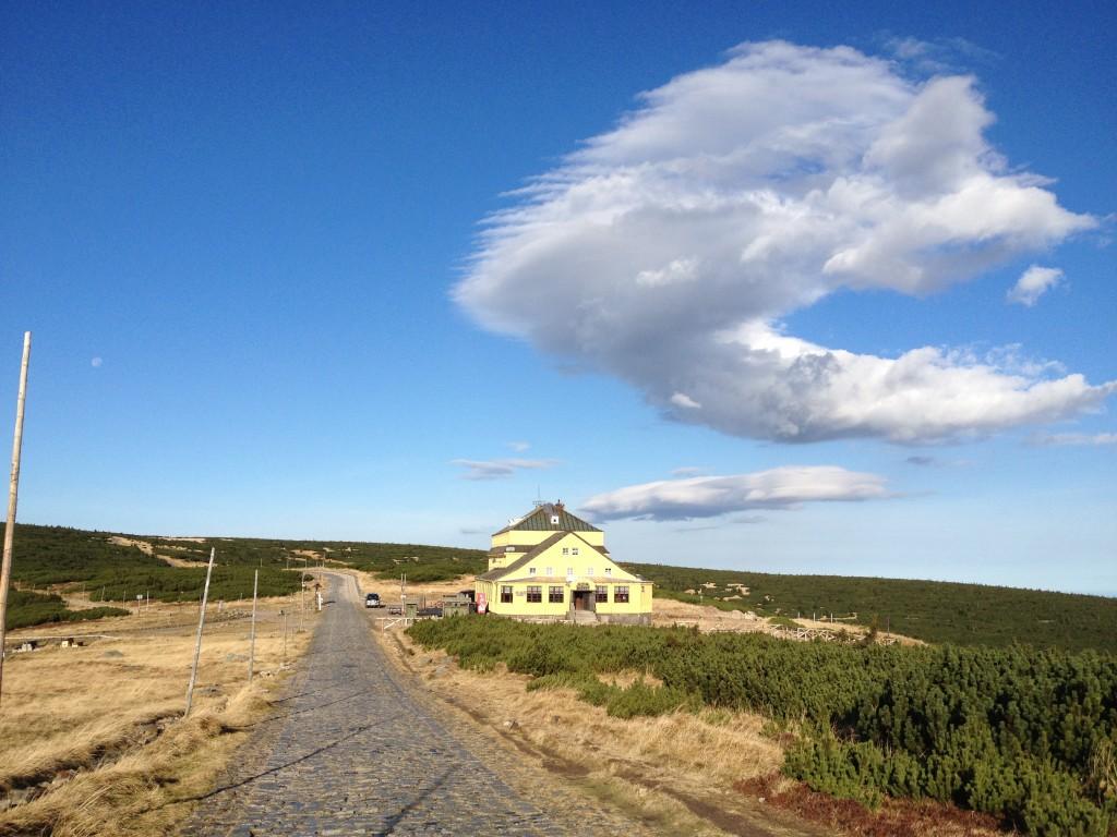 Widok na schronisko Dom Śląski i Równię pod Śnieżką