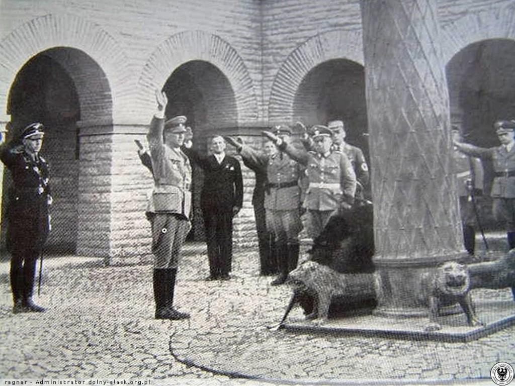 Archiwalne Zdjęcie z Wnętrza Mauzoleum - Źródło: http://dolny-slask.org.pl