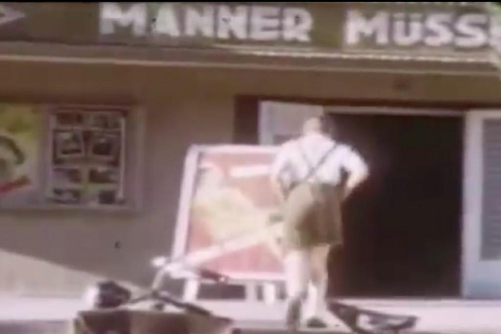 """Napis na kinie (tytuł filmu): """"Männer Müssen So Sein"""""""