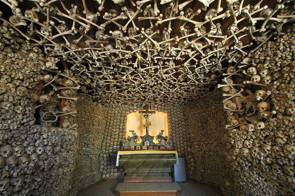 Kaplica Czaszek w Czermnej - Zdjęcie: Merlin Źródło: commons.wikimedia.org