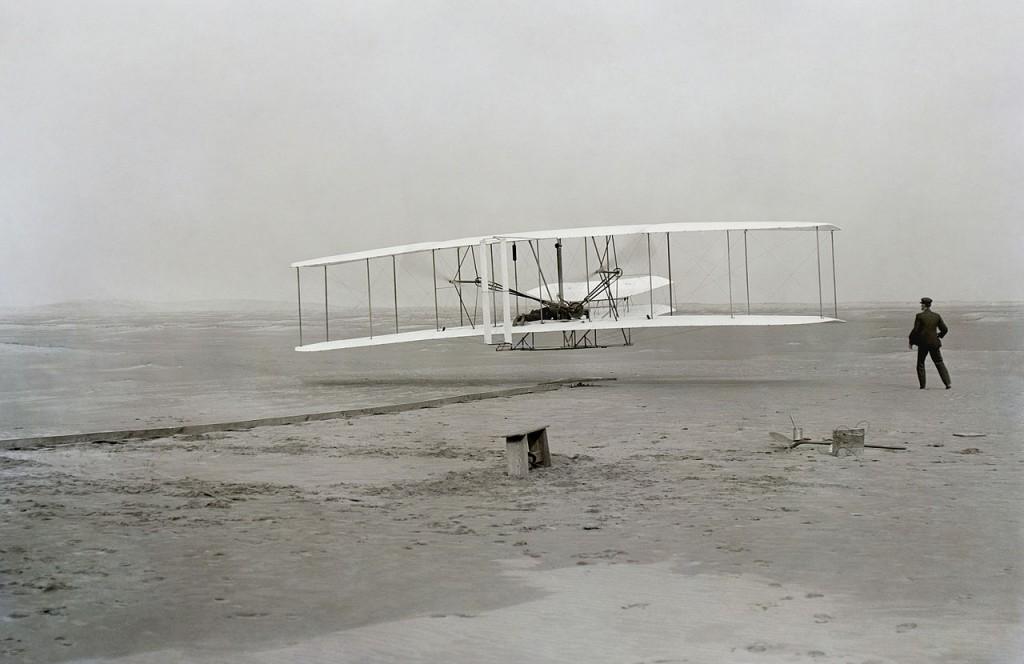 Pierwszy lot samolotu - 10 przełomowych zdjęć - Autor: John T. Daniels