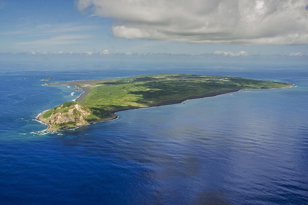 Wyspa Iwo Jima - W dole góra Suribachi - Autor: U.S. Navy Źródło: commons.wikimedia.org
