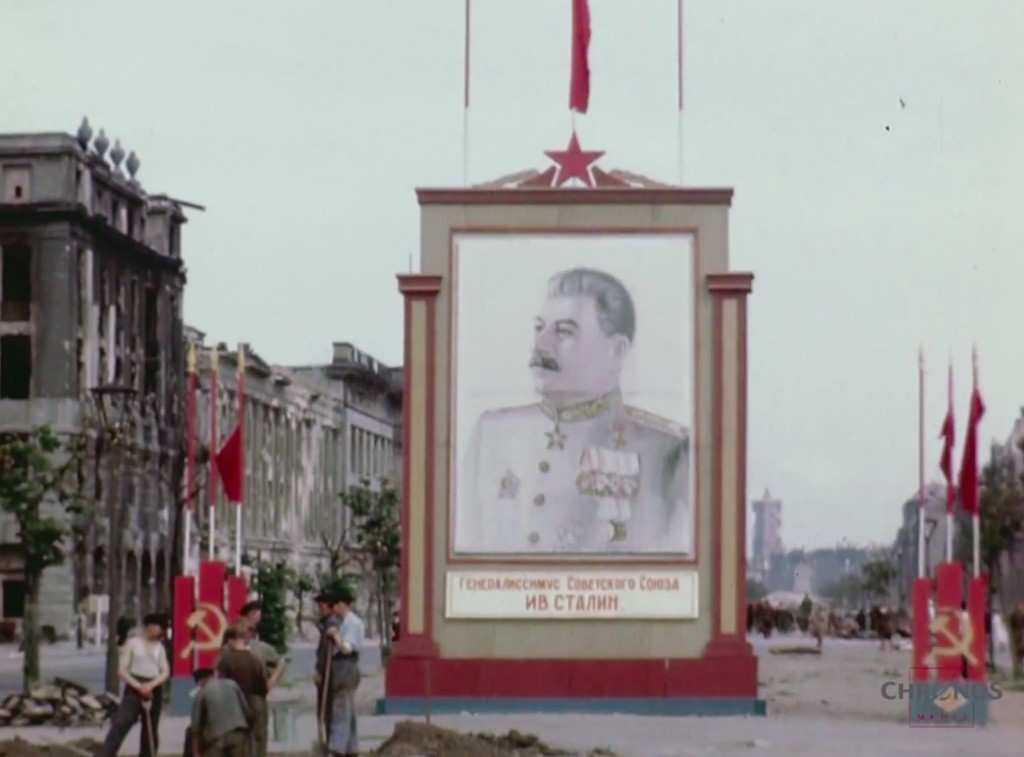 Portret Stalina i zniszczony Berlin - Źródło: www.youtube.com