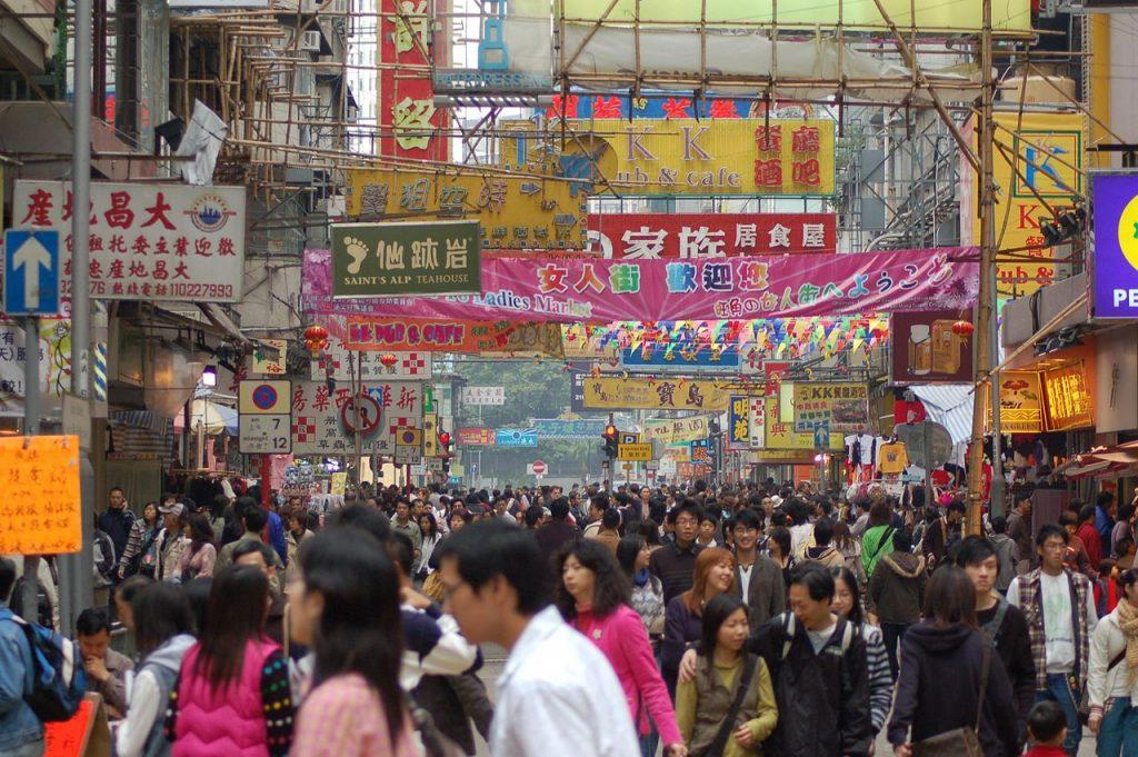 Tłum w Hong Kongu - Autor: Hamedog Źródło: commons.wikimedia.org
