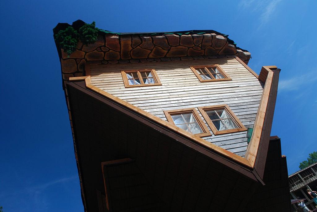 Dom do góry nogami - Lista zaskakujących miejsc w Polsce - Autor: Polimerek Źródło: commons.wikimedia.org