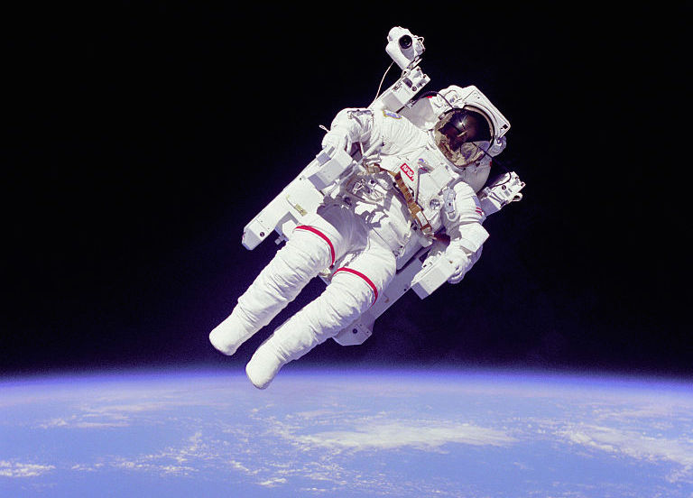 Astronauta Bruce McCandless II w Przestrzeni Kosmicznej - Źródło: NASA