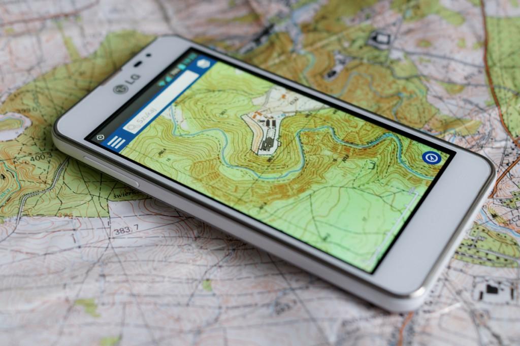 Ta sama mapa topograficzna na papierze i smartfonie.