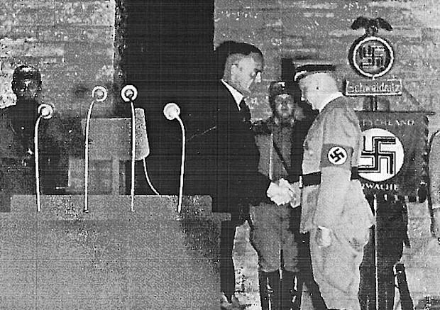 Naziści przed wejściem do Schlesier Ehrenmal - Źródło: dolny-slask.org.pl