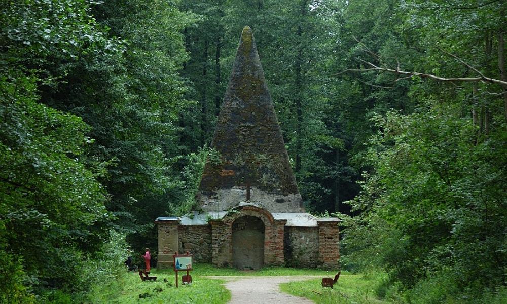 Piramida w Rapie – Ciekawe Miejsca na Mazurach – Foto: Mireq