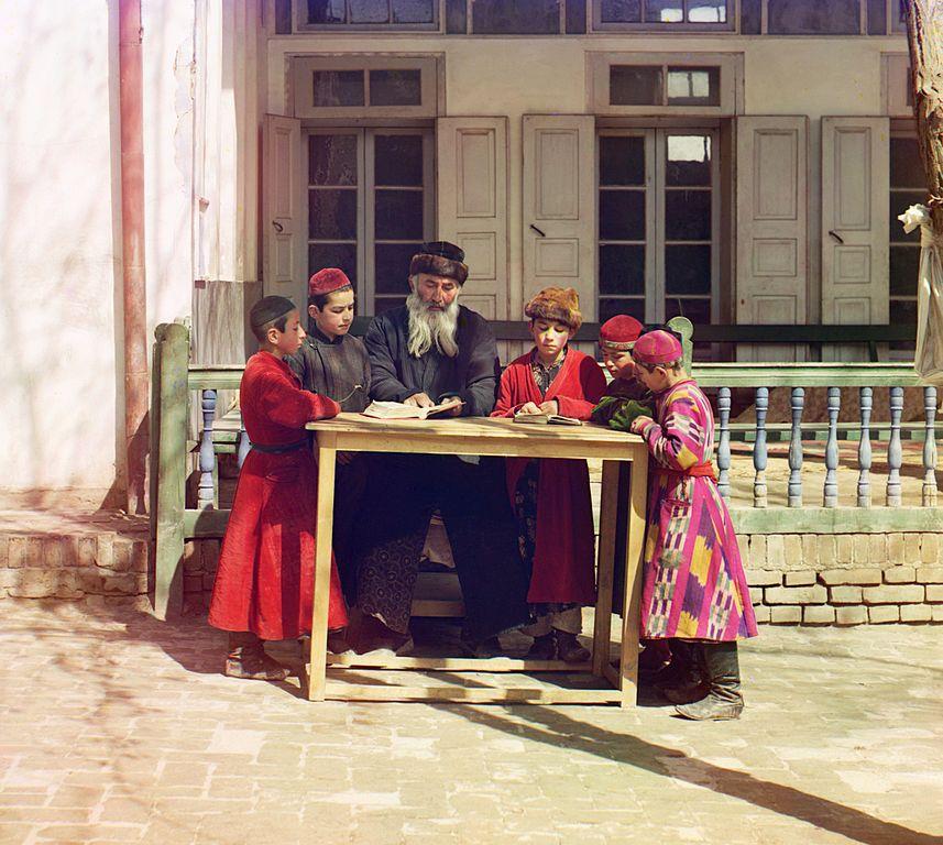 Grupa żydowskich dzieci z nauczycielem w Samarkandzie.