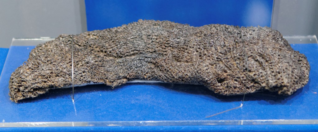 Kolczuga zwinięta w rulon o wadze 8,5 kg - Zbiory Muzeum Pierwszych Piastów