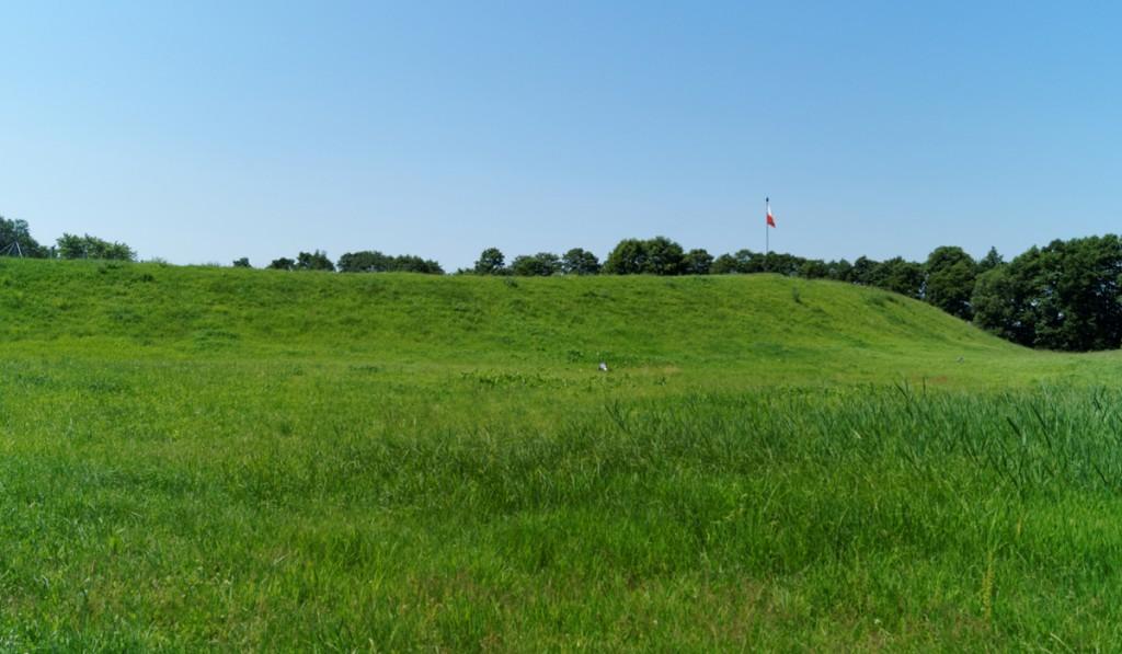 Widoczne pozostałości wału obronnego - Ostrów Lednicki