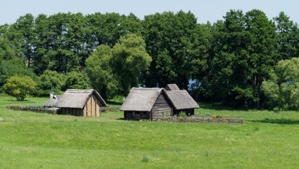 Rekonstrukcja domów osady na Ostrowie Lednickim.