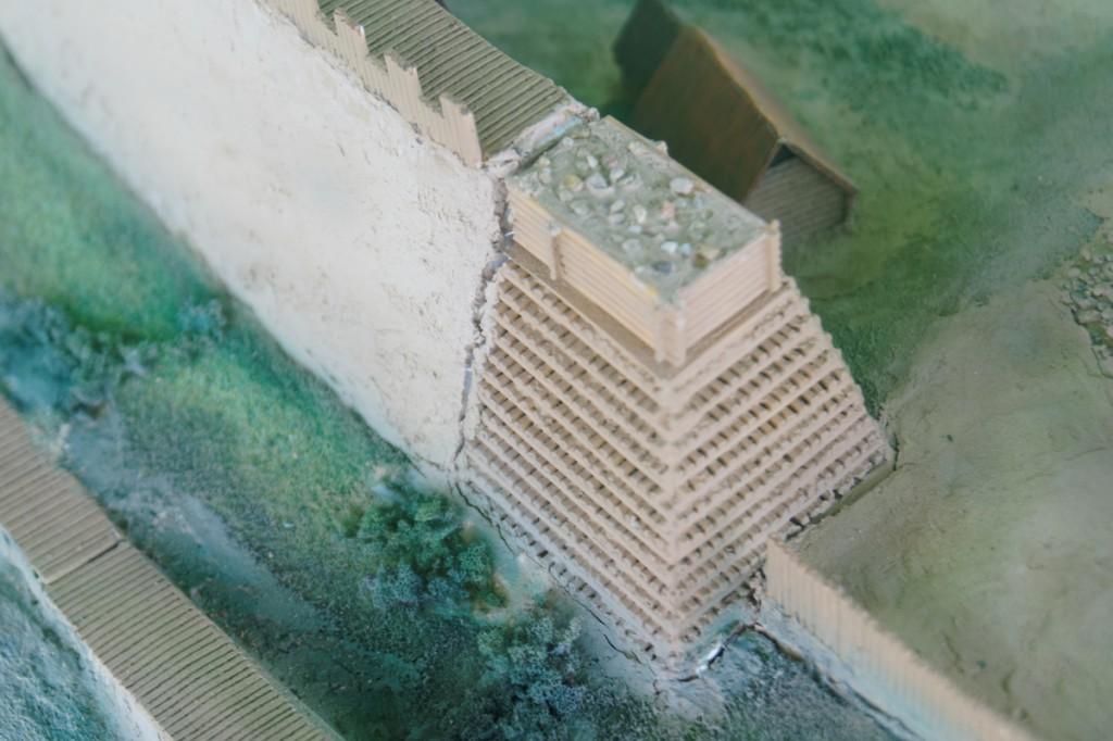Przekrój i budowa wału grodowego na modelu - Zbiory Muzeum Pierwszych Piastów