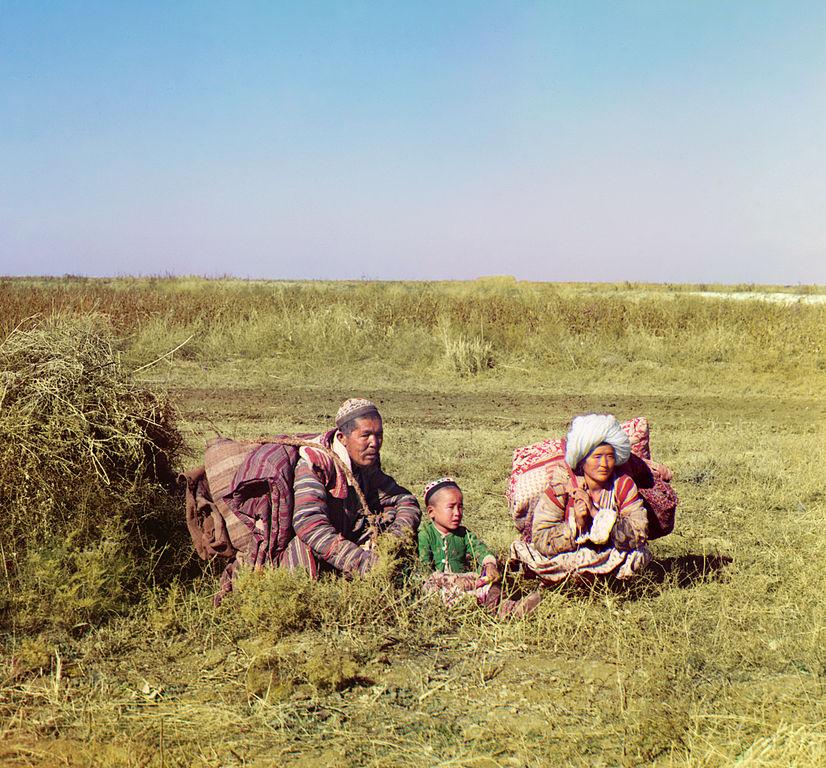 Rodzina Kirgizów na stepach Uzbekistanu. Rok 1911.