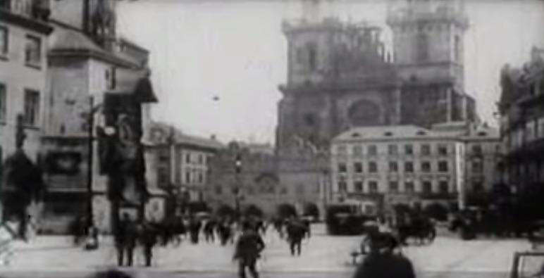 Rynek Staromiejski w Pradze - czeska Praga na archiwalnym filmie.