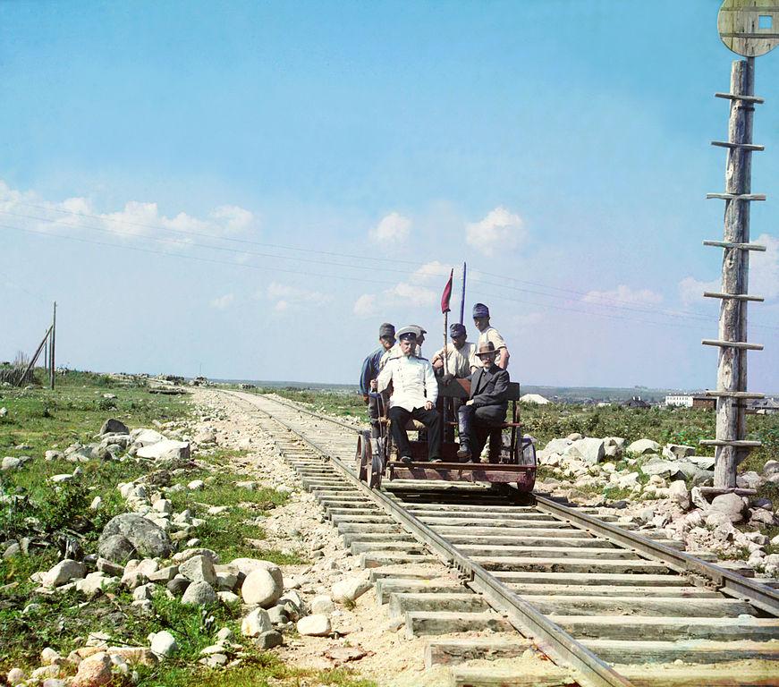 Przejazd drezyną na murmańskiej linii kolejowe koło Pietrozawodska. Rok 1915.