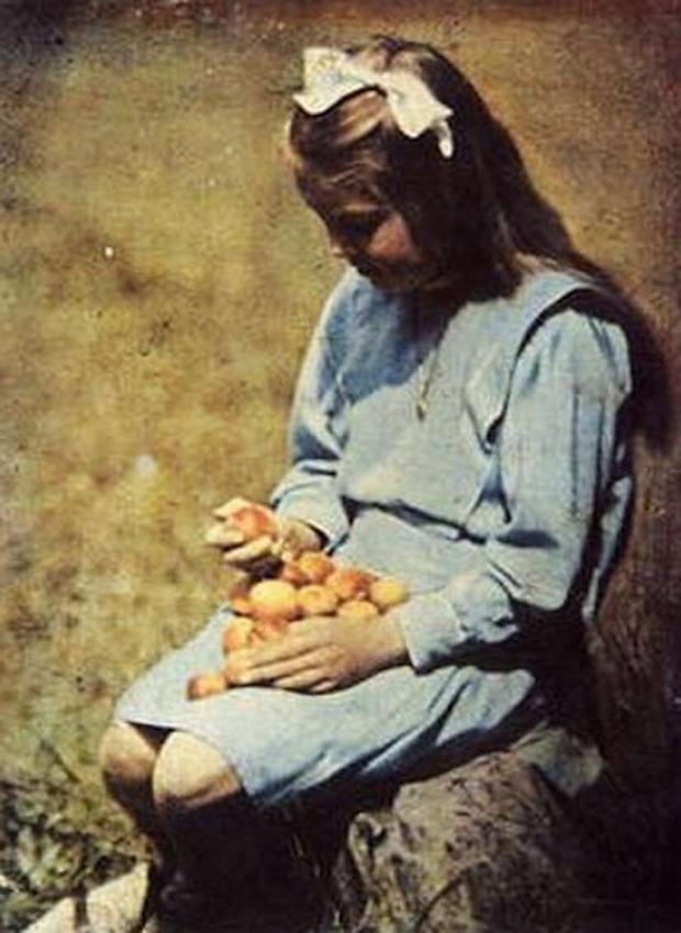 Dziewczynka z Morelami - Rok 1910 - Foto: Henryk Mikolasch