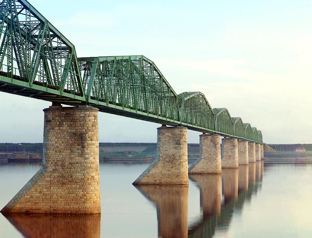Most kolejowy nad rzeką Kama.