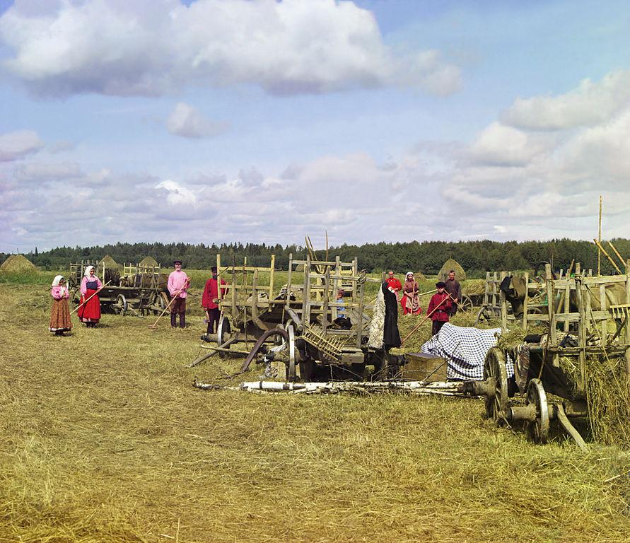 Mieszkańcy rosyjskiej wsi w trakcie przerwy podczas zbierania siana. Rok 1909.