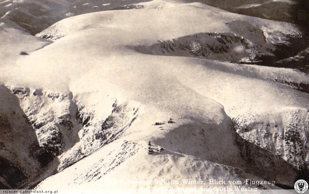 Widok z góry na ośnieżone Karkonosze i szczyt Śnieżki - Źródło: dolny-slask.org.pl