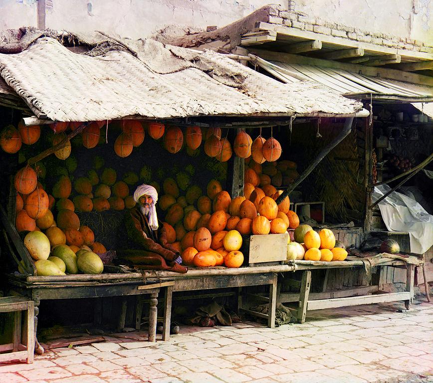 Sprzedawca melonów w Samarkandzie, ubrany w tradycyjny strój Azji Środkowej.