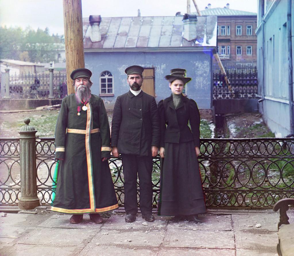 Trzy pokolenia Rosjan. Dziadek prezentuje tradycyjny ubiór oraz brodę. Ojciec i córka prezentują już stroje i fryzury stylizowane na wzór zachodni. Rok 1910.