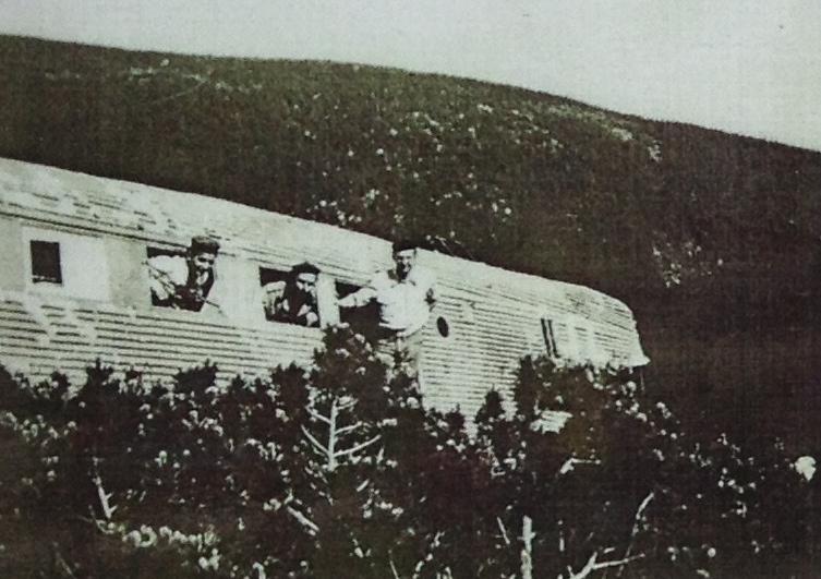 Archiwalne zdjęcie szczątków samolotu na zboczu - Katastrofa Junkersa Ju-52