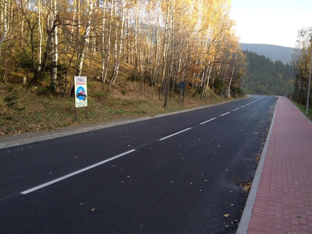 Przerobione zdjęcie - Po zmianie horyzontu wydaje się, że droga podąża z góry.