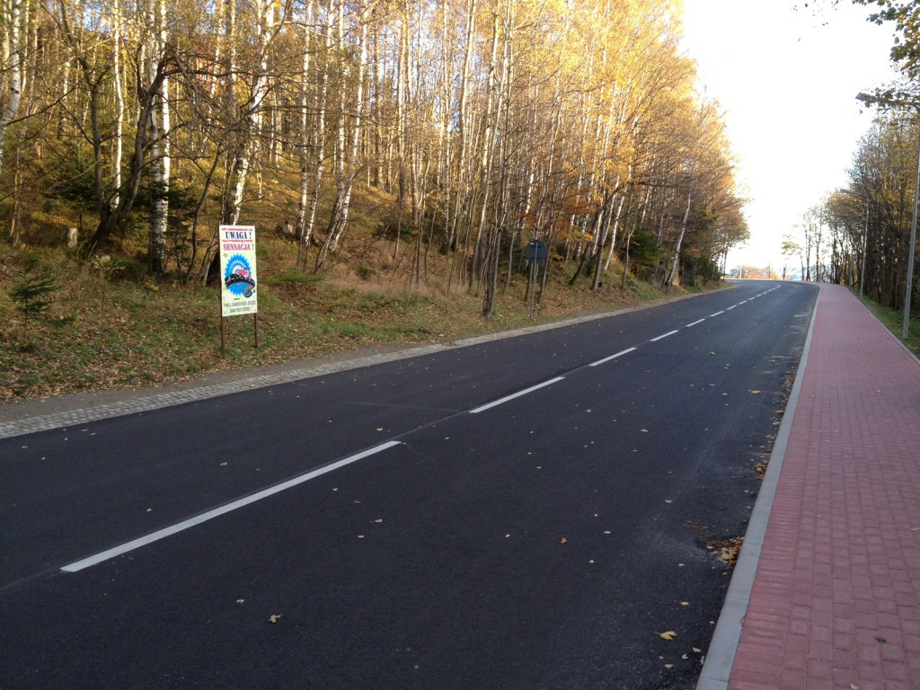 Oryginalne zdjęcie (nieprzerobione) - Wydaje się, że droga podąża pod górę.