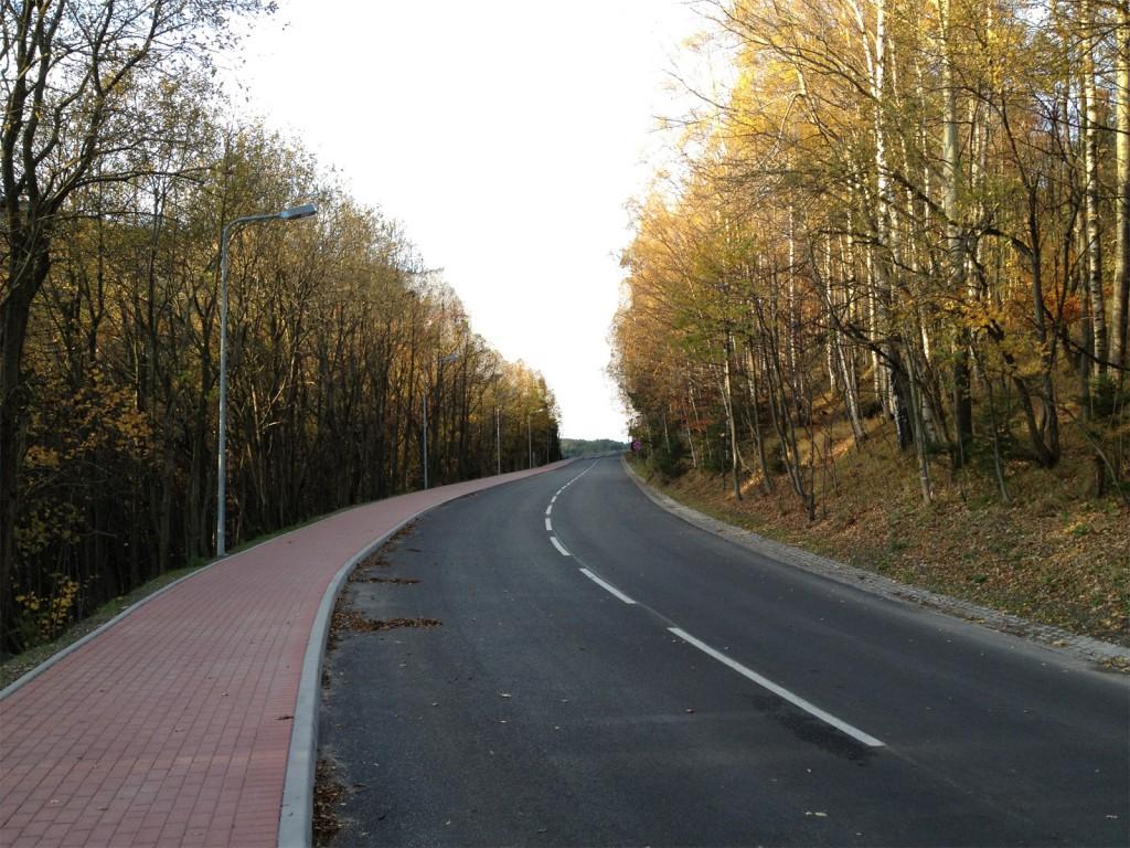 Przerobione zdjęcie - Po zmianie horyzontu wydaje się, że droga podąża pod górę.