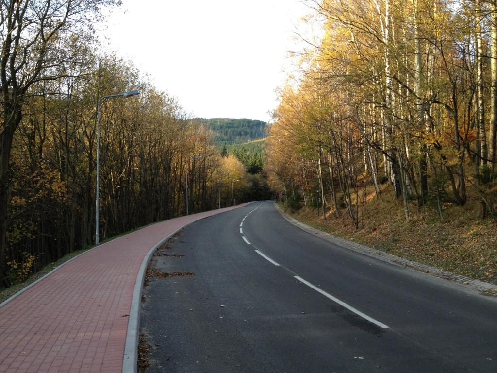 Oryginalne zdjęcie (nieprzerobione) - Wydaje się, że droga podąża z góry.