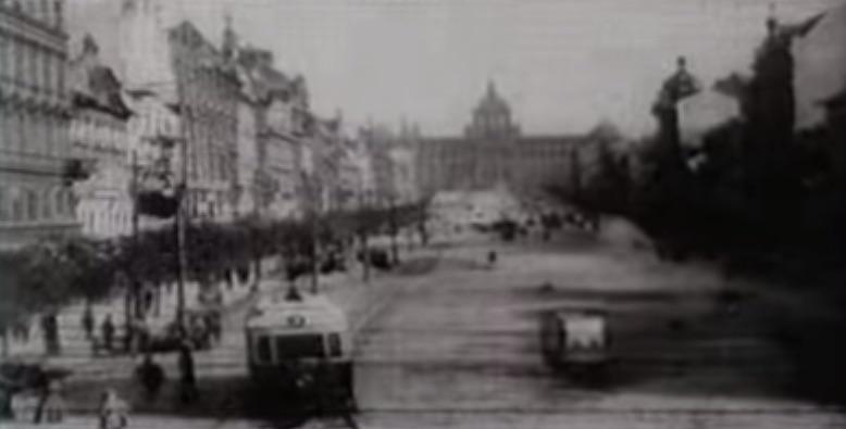 Plac Wacława z jeżdżącymi po nim tramwajami