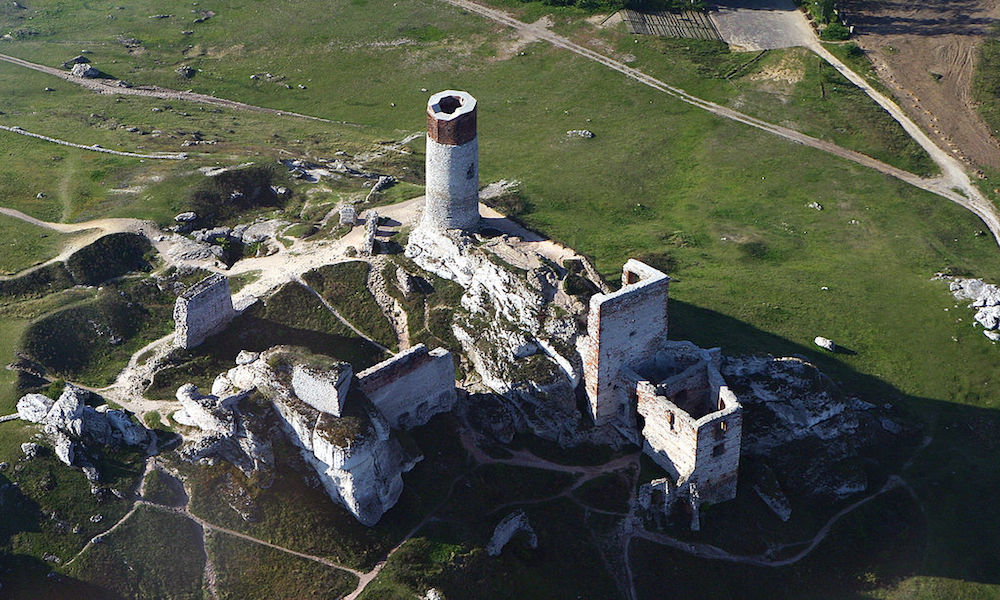 Zamek w Olsztynie k. Częstochowy - Piękne zamki w Polsce z lotu ptaka - Foto: Chemik12 Źródło: commons.wikimedia.org