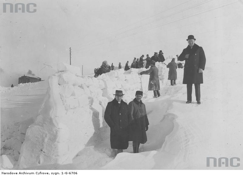 Odśnieżanie torów na trasie Tarnopol-Łanowce - Rok 1929 - Źródło: NAC Sygn: 1-G-6706