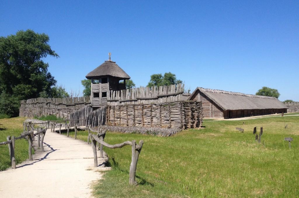 Rekonstrukcja wału obronnego drewniano-ziemnego w Biskupinie.