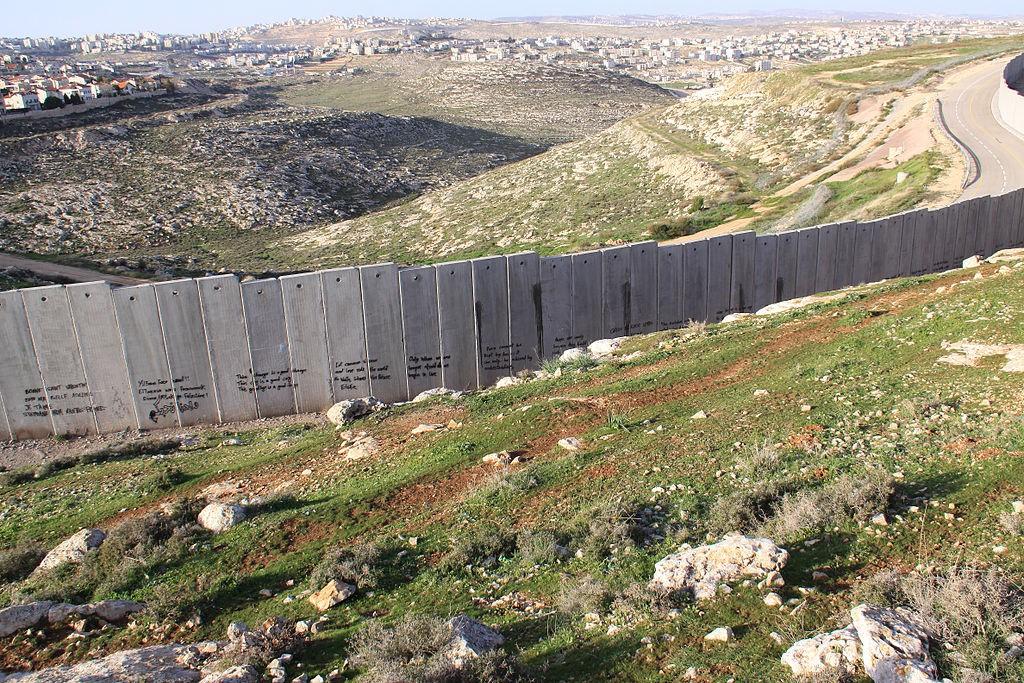 Izraelski mury przy Zachodnim Brzegu Jordanu - W. Hagens Źródło: commons.wikimedia.org