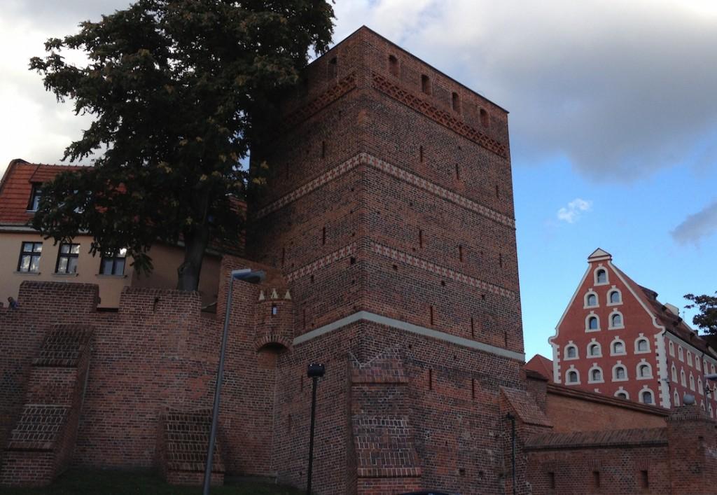 Mury miejskie i Krzywa Wieżą w Toruniu.