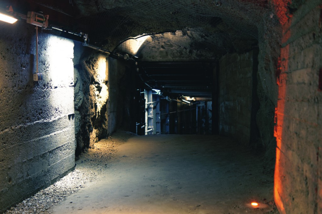 Podziemna trasa turystyczna biegnie takimi sztolniami.