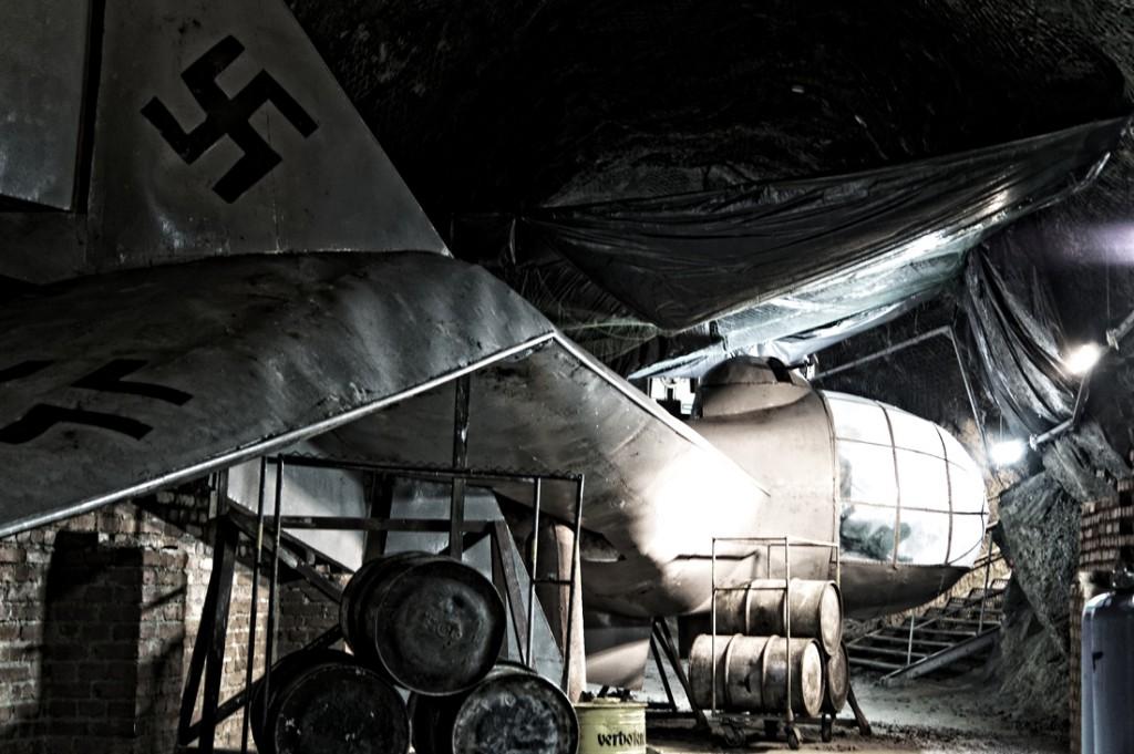 Makieta samolotu przygotowana w podziemnej hali