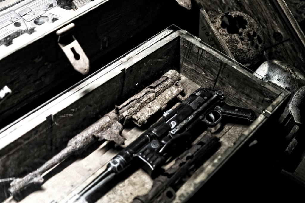Odnaleziony pistolet maszynowy MP 40, obok replika.