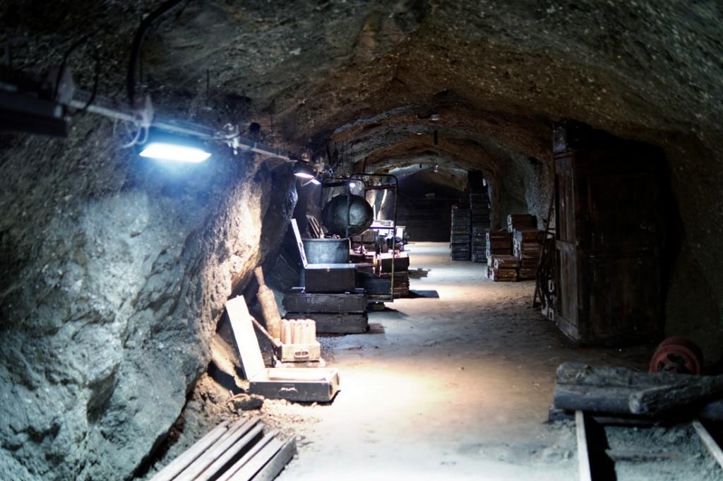 Ekspozycje uzbrojenia w podziemiach Arado.