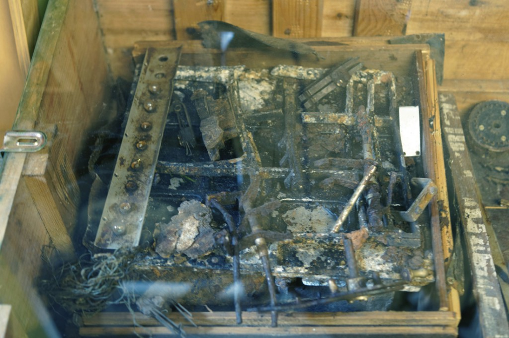 Jeszcze raz zniszczona maszyna szyfrująca Enigma.