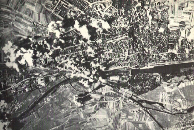 Bombardowanie zakładów Kugelfischer w Schweinfurcie - Źródło: www.thirdreichruins.com (U.S. National Archives, RG 342-FH-3A22431)
