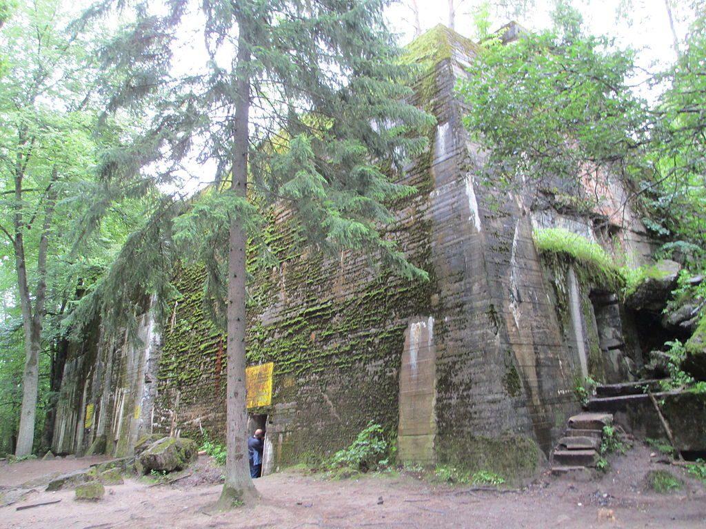 Jeden ze schronów w Wilczym Szańcu - Źródło: commons.wikimedia.org Foto: Avi1111 dr. avishai teicher