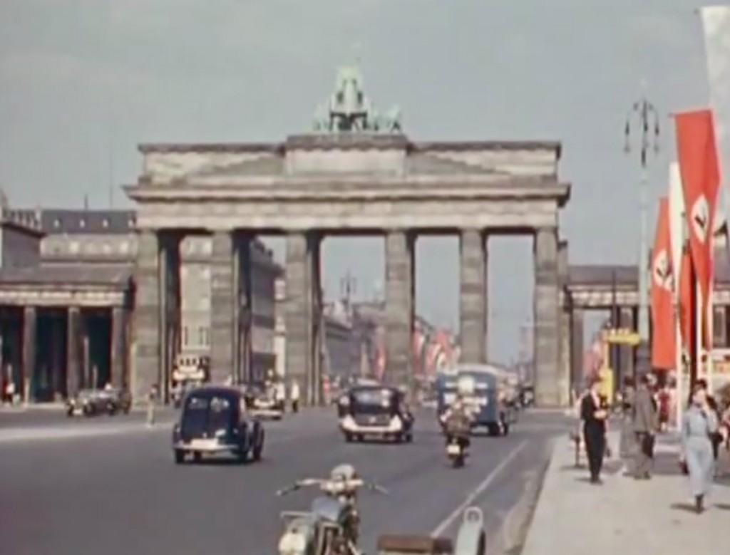 Brama Brandenburska na kadrze z kolorowego filmu propagandowego z 1936 roku