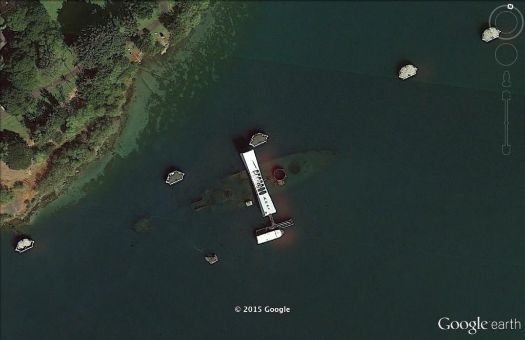 Wrak pancernika w Pearl Harbor - 10 Niezwykłych Miejsc na Świecie - Źródło: Google Earth