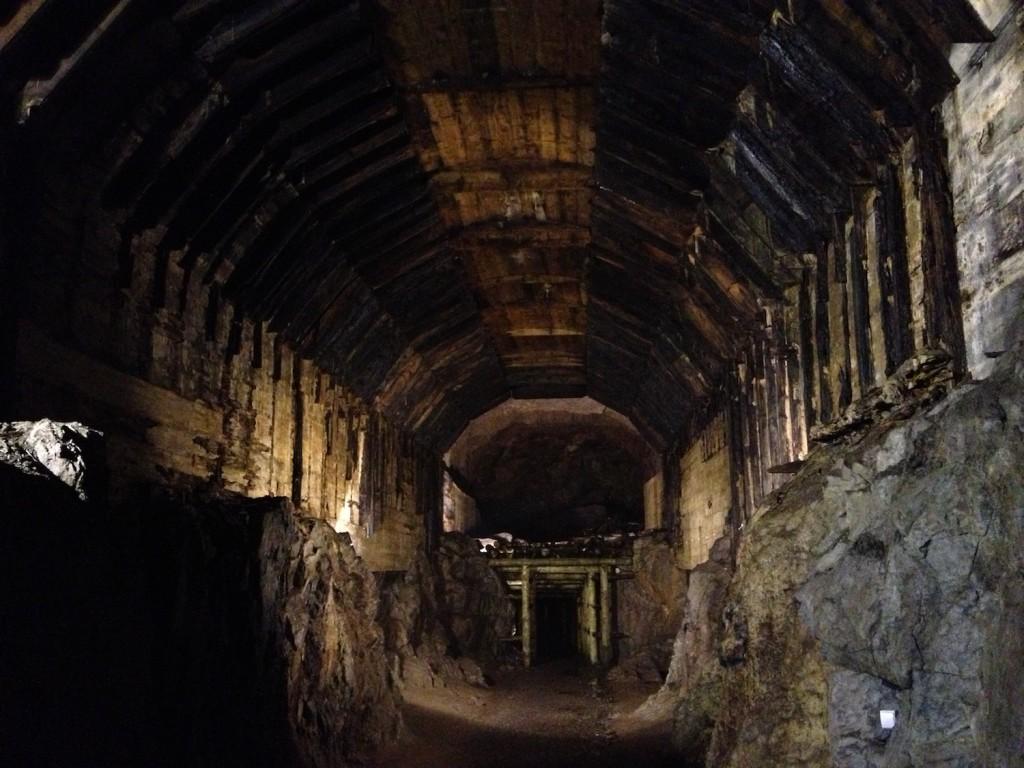Nieposzerzona dolna część, a u góry drewniany szalunek początkowej obudowy stropu - Kompleks Osówka