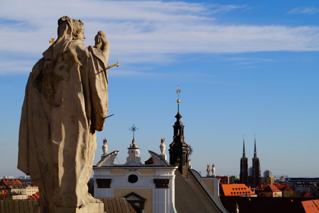 Figury świętych spoglądają na Wrocław z Wieży Matematycznej