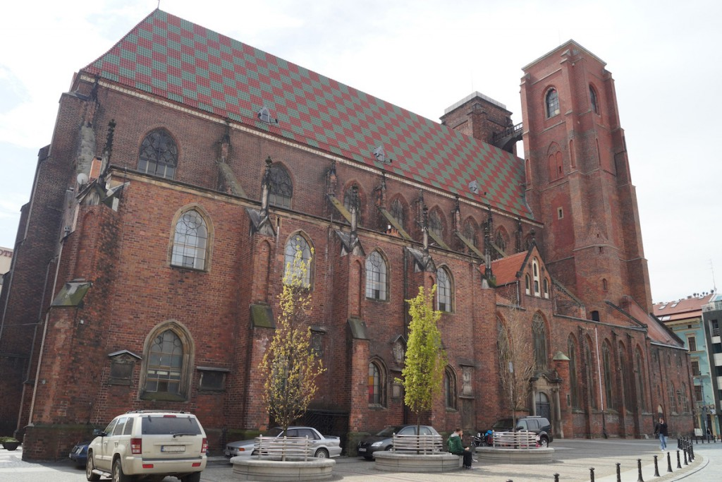 Kościół św. Marii Magdaleny - Między wieżami widać Mostek Czarownic